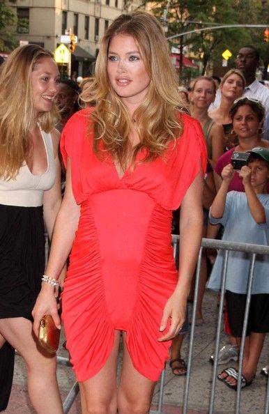 Doutzen Kroes Cocktail Dress - Supermodel Doutzen Kroes showed off her stunning curves in a red ruched dress.