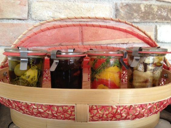 marinierte, gegrillte Paprika, marinierte Oliven, gegrillte Melanzani gefüllt mit Feta,  karamellisierte Balsamicoscharlotten
