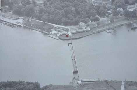 Nedlitz an der Bertinienge- Diese Grenzkontrollstelle diente ausschließlich zur Abfertigung von Binnenschiffverkehr.Sie war zur Landseite mit einem doppelten Stacheldrahtzaun, Warnanlagen und einer Hinterlandmauer gesichert. Der Jungfernsee wurde mit einem Sperrwerk aus Pontons verschlossen.Damit sollte es Schiffen und Tauchern unmöglich gemacht werden, die 1.200 Meter entfernte Grenze nach West-Berlin unerlaubt zu passieren.Unter Wasser war ein hochziehbares Drahtseil mit Fangnetzen…