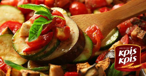"""Εκεί που η Ελλάδα συναντά τη Γαλλία, το ρατατουίγ μαγειρεύεται με φρέσκα λαχανικά από τη λαϊκή αγορά της γειτονιάς! Τέλειο λαδερό για... βουτιές με Κρις Κρις """"Φέτες Ζωής""""!  ➜ https://goo.gl/cMNVwN"""