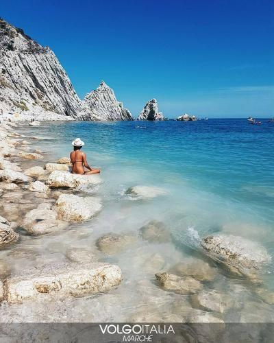 Marche: #Spiaggia Le Due #Sorelle  Sirolo (AN) Foto di @marc... (volgomarche) (link: http://ift.tt/2coBt63 )