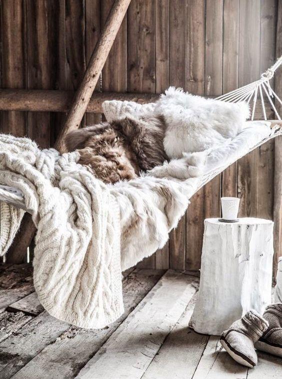 hamac suspendu et fausse fourrure pour la délicate parenthèse #cosy #winter #hiver #fourrure #fur #table #décoration #déco #decor #decoration #hygge #idéedéco #maison #home #stylechalet #cabin #montagne #bois #wood #verres #tasses #goûter #break #xmas #christmas #noël #cold #froid #neige #snow