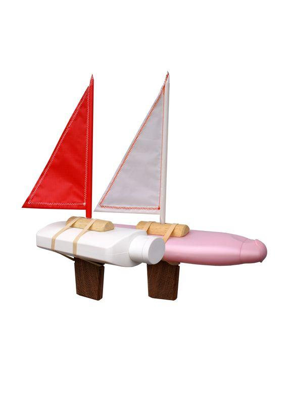 Flessenboot - Flessenboot van Floris Hovers, gemaakt is van lege shampoo- of schoonmaakmiddelenfles.  Iedere boot is anders!
