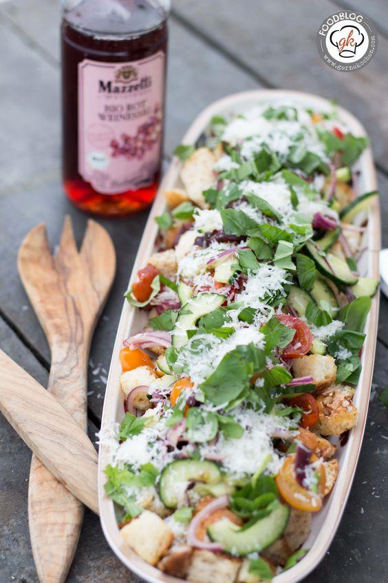 Der Panzanella Salat bringt euch Italien direkt auf den Tisch. Wir haben ihn als Resteverwertung von altem Brot und Brötchen verwendet. Bon apetito.