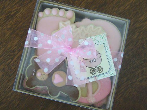 Caja obsequio con hermosas galletitas de manteca decoradas en azúcar para un Baby Shower de niña.