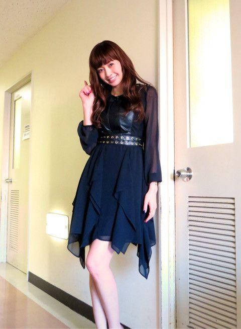 黒色ドレスの片瀬那奈
