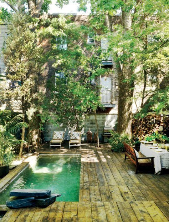 Para disfrutar de una piscina no es necesario tener un gran jardín o un patio amplio. Hay muchos ejemplos de patios pequeños donde los propietarios han podido diseñar y poner una piscina. A continuación os mostramos una serie de ideas: