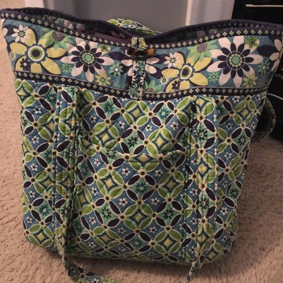 Vera Bradley Vera tote Very gently used. Beautiful bag! Perfect to use as an every day tote or for school or work! Vera Bradley Bags Totes