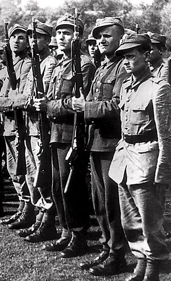 Karol Wojtyla, secondo da destra, durante l'addestramento militare in Ucraina, allora Polonia orientale, nel luglio 1939