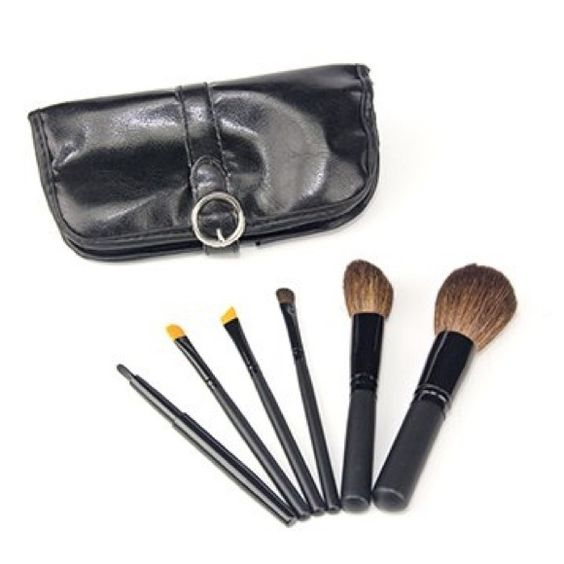 New BeautyDiva Professional 6pc Brush Set MSRP: $50 Brand: BeautyDiva Condition: New, still in packaging  This 6-piece set has all the brushes that you need to achieve the look you want everyday and on the go.  Set includes: Powder Brush Angle Brush Angle Liner Concealer Brush Eyeshadow Brush Lip Brush Leatherine Snap Case BeautyDiva Makeup Brushes & Tools
