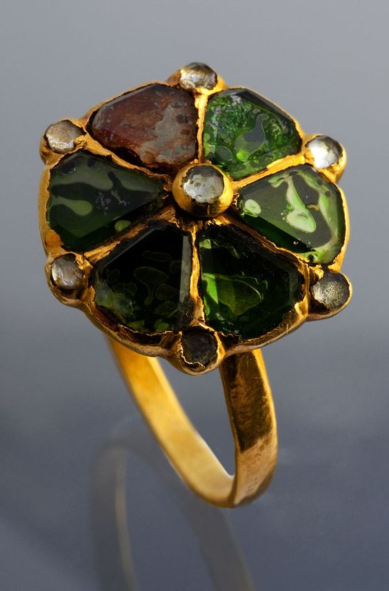 Anillo de oro y piedras preciosas. España del siglo 16 al 17.  Gold and foiled gems, Spain 16th -17th century