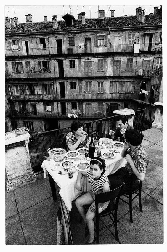 Milano negli anni '70, case di ringhiera. Ph Gianni Berengo Gardin