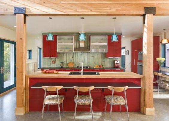 aménagement de cuisine îlot central en couleur rouge
