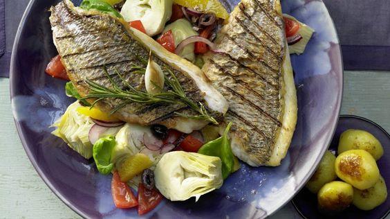 Feiner Fisch mit leckerer Beilage: Doradenfilets mit Artischockensalat Tomaten und schwarzen Oliven | http://eatsmarter.de/rezepte/doradenfilets-artischockensalat