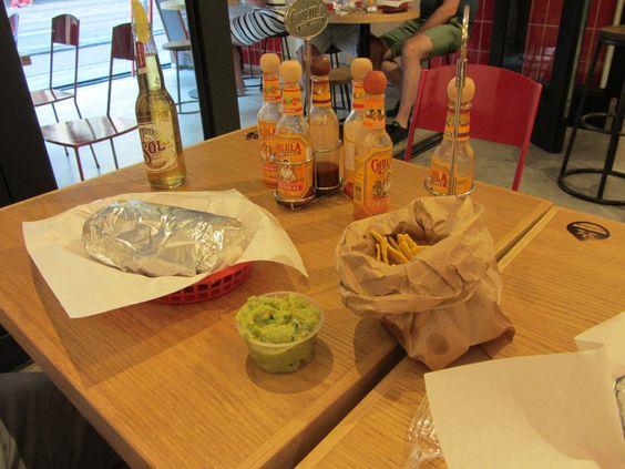 Vegetarisch en veganistisch uit eten bij Salsa Shop Amsterdam.  De opzet is niet echt klassiek Mexicaans restaurant, het is eerder een hippe fast foodachtige tent. Je komt binnen, je kiest wat je wil eten, het wordt voor je neus bereid, je neemt het mee naar je tafel, huis of waar dan ook naartoe en je eet het op. Je kunt een burrito nemen, een burrito bowl, een salade of enchilada's.