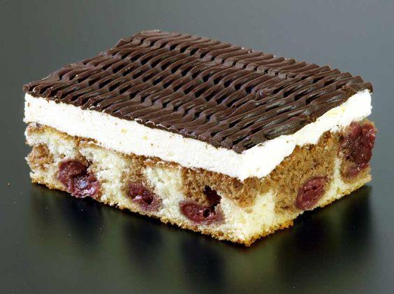 Donauwellen Rezept: Rührkuchen mit Sauerkirschen, Buttercreme und Schokoglasur
