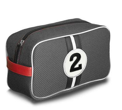 """La trousse de toilette pour homme Fangio est un hommage à l'un des plus grands coureurs automobile des années 50.  Avec sa Mercedes Benz W 196 gris métallisé, il remporta de nombreuses courses, dont celle de Buenos Aires en 1955 avec un numéro """"2""""."""
