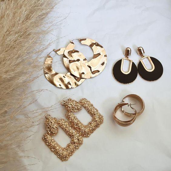 🍒 𝓜𝓪𝓻𝓲𝓸𝓷.𝓒 🍒 sur Instagram : 𝓔𝓪𝓻𝓻𝓲𝓷𝓰𝓼 𝓵𝓸𝓿𝓮𝓻 💛 ~ Je suis une grande fan des bijoux dorés, surtout des boucles d'oreilles vintage • • • • • #vintage #vintagestyle…