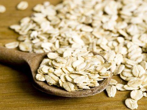 """Rica em proteínas, a aveia é uma das """"queridinhas"""" de Pierre Dukan, médico que criou o método Dukan de emagrecimento e que conquistou uma série de celebridades. Cada porção fornece 3% de proteínas completas ao corpo, seguindo as proporções diárias. A aveia, na forma de grãos ou farinha, é boa fonte de antioxidantes e de vitaminas do complexo B"""