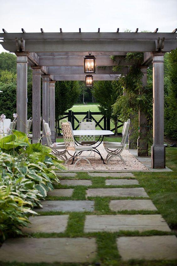 Varandas e jardins são lugares para receber pessoas e também relaxar. Acompanhar as cores da natureza como: marrom, verde, azul, amarelo em seus tons mais claros é a melhor maneira de garantir que o espaço possua unidade e transmita tranquilidade.