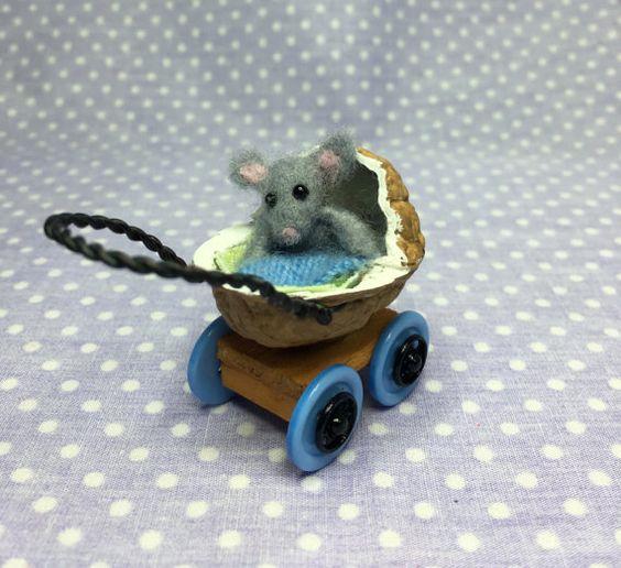 Maus Baby im Kinderwagen Nussbaum, Nadel Filz, Miniatur Sammler