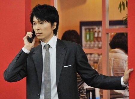 電話をかける長谷川博己
