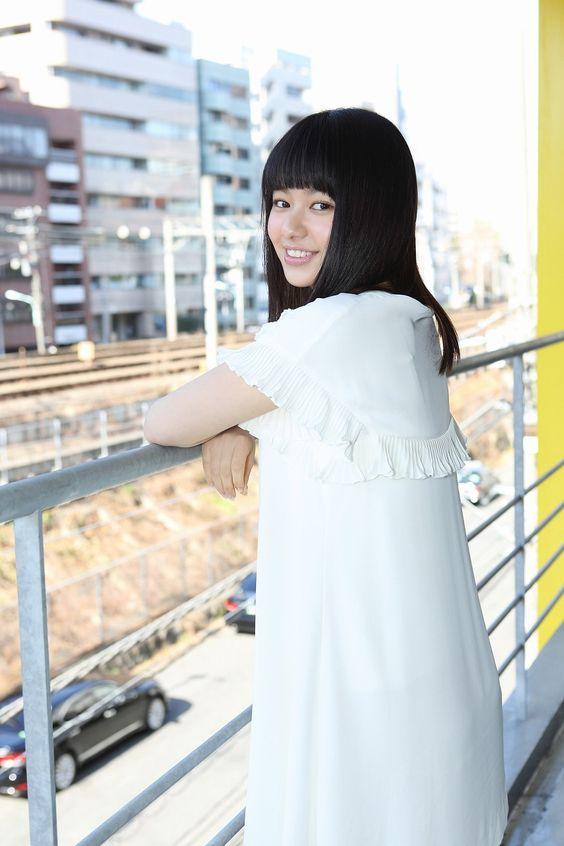 白い服の山本舞香