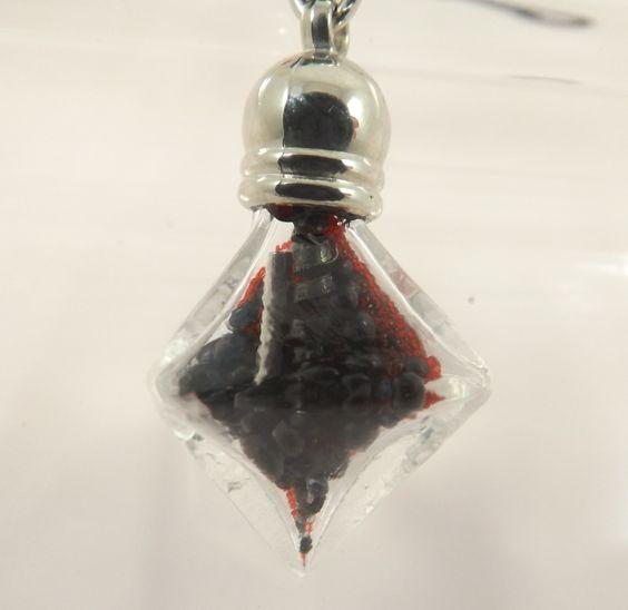 Collier flacon losange en verre, copeaux, micro billes noires et rouges, tube métal - Collection printemps : Collier par long-nathalie