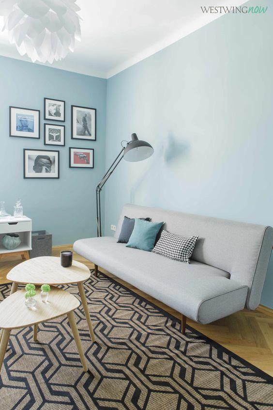 Schlafcouch, Nierentische und Sisal-Teppich sind im coolen Fifties Look gehalten. Um das Büro auch für Gäste einladender zu gestalten, genügt eine Handvoll Accessoires, wie Kissen, Duftkerzen und Mini-Vasen.