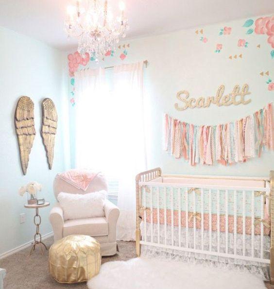 Chambre Petite Fille Chic : peinture chambre bébé bleu clair, lit à barreaux blanc, canapé