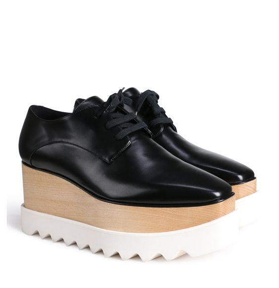 Oxfords von STELLA MCCARTNEYExtravagante Schuhe im Oxford-Stil der britischen Designerin Stella McCartney.die Plateauschuhe wurden mit nachhaltigem Holz produziertdicke gezahnte Gummisohlemittels Schnürsenkel lassen sich die Schuhe schließeneine eckige Zehenkappe komplettiert den Lookumweltfreundliche Herstellung ohne der Verwendung von LederMaterial: 60% Polyurethan, 40% Polyester, Sohle: HolzAbsatzhöhe: ca. 8 cm