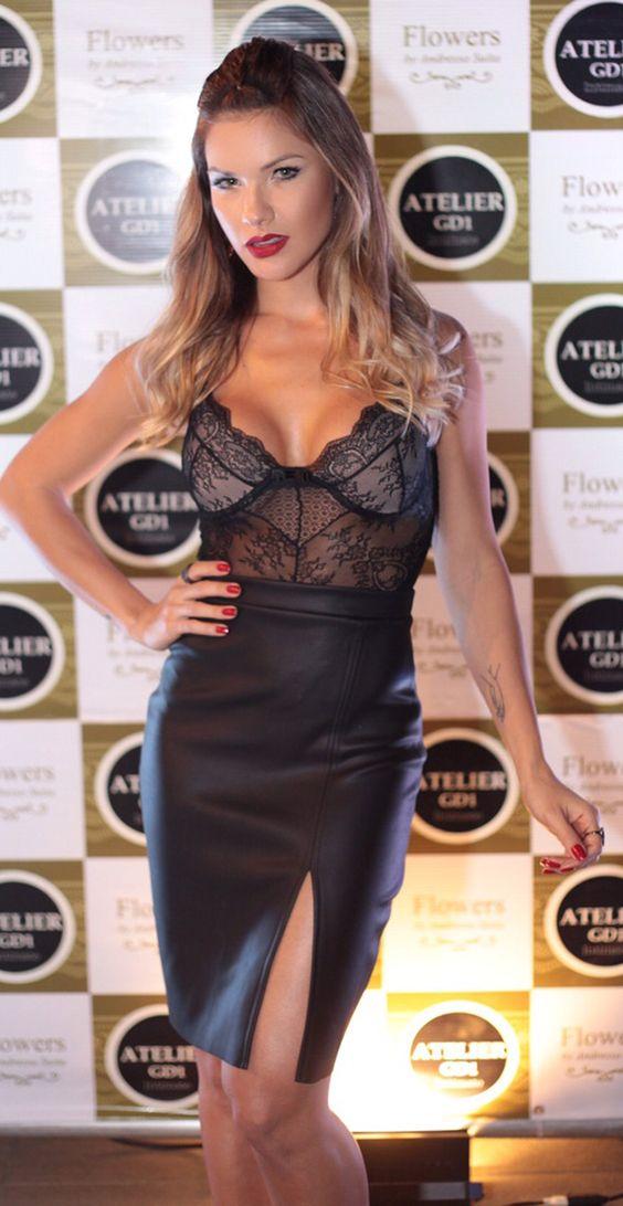Andressa Suita escolhe saia de couro e body de renda para lançar linha de lingerie