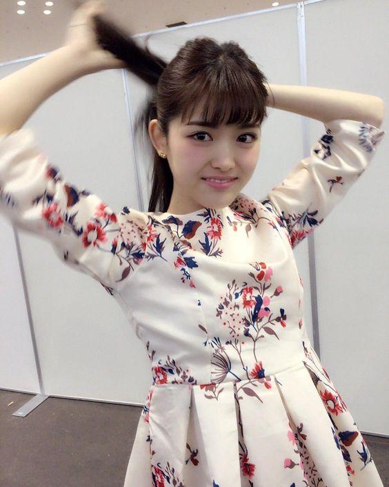 花柄衣装の松村沙友理