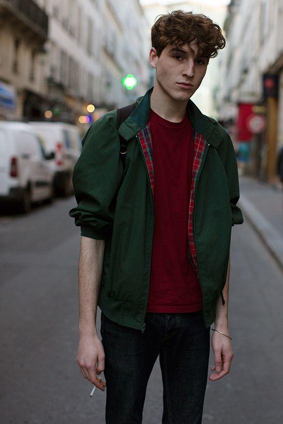 緑スイングトップ×エンジTシャツ×デニムパンツ