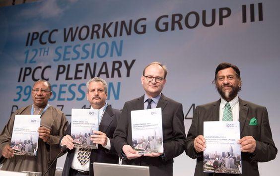 Los expertos del IPCC Youba Sokona; Ramon Pichs Madruga; Ottmar Edenhofer y Rajendra Pachauri muestran el informe sobre el cambio climático,...