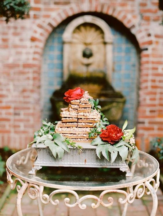 Ook de naked wedding cake is tof in de vierkante variant #vierkant #bruidstaart #bruiloft #trouwen #inspiratie #naked #wedding #cake #inspiration Vierkante bruidstaarten: hot new trend | ThePerfectWedding.nl | Fotocredit: Marisa Holmes