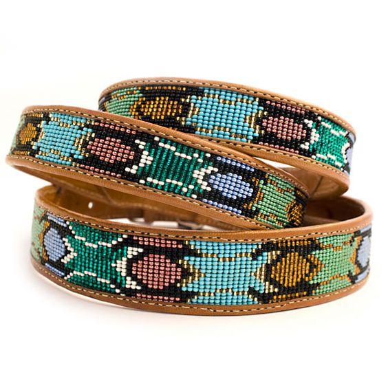 Die handgearbeiteten Perlenhalsbänder sind in wunderschönen Farben erhältlich!  Hellblaue, türkise, grüne, schwarze und goldene Perlen schmücken diese zauberhafte Halsband – Must Have für kleine & große Hunde!