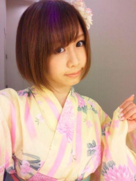 ピンクと黄色の浴衣を着て花飾りをつけている大家志津香の画像