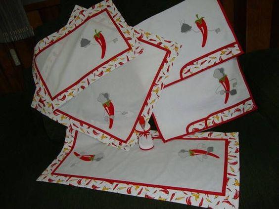 """Três lindas pimentinhas """"chef"""" de cozinha formam as aplicações deste kit e para combinar, um barradinho estampado também de pimentinhas.    Foram feitos: 1 toalha para o fogão), 1 toalha para cobrir o microondas , 1 trilho de mesa e 2 panos de prato.    O aventalzinho para o vidrinho de adoçante acompanha o kit. Outros itens podem ser acrescentados. R$ 129,00"""