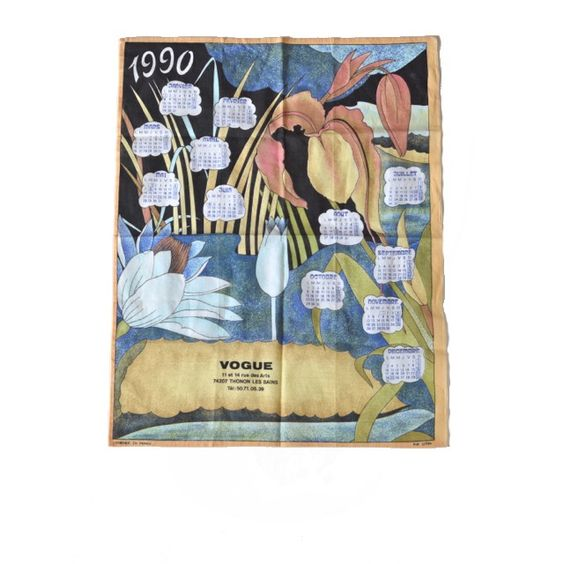 <p>Torchon-calendrier vintage 1990 avec dessin de fleurs esprit art déco, en pur coton, fabriqué en France, bon état. Pour faire un cadeau original et utile ! On aime son côté kitsch et utile à la fois !</p>