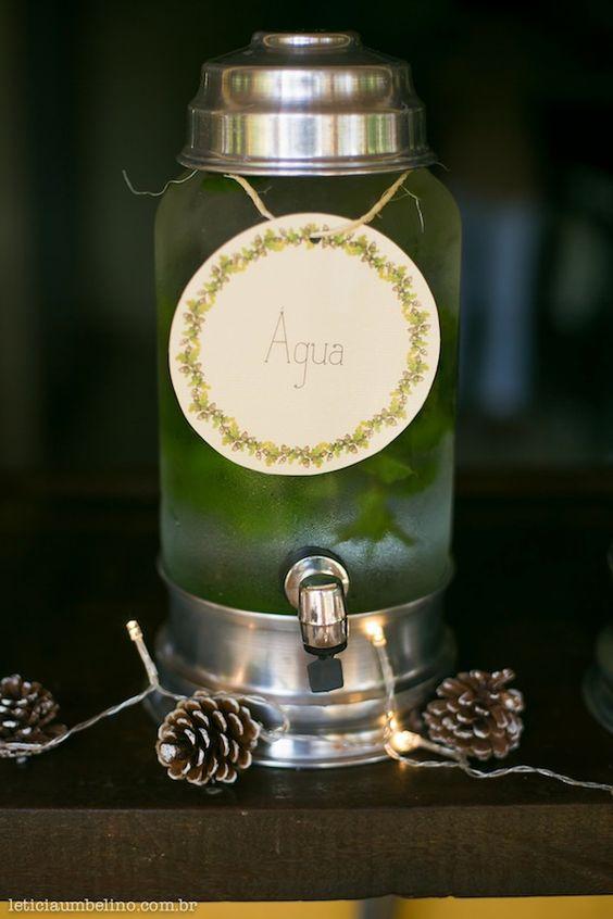 Suqueira de vidro com água aromatizada para chá de bebê. Foto: Leticia Umbelino