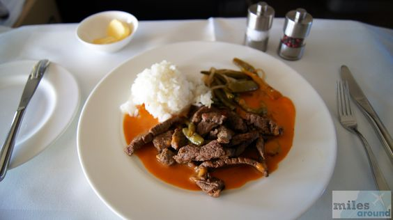 Rinderfiletstreifen in roter Thai-Currysauce und Wokgemüse mit Duftreis - Check more at http://www.miles-around.de/trip-reports/first-class/lufthansa-boeing-747-400-first-class-frankfurt-nach-vancouver/,  #737-500 #747-400 #avgeek #Aviation #Boeing #BusinessClass #Champagner #FCT #FirstClass #FirstClassLounge #FirstClassTerminal #FRA #Frankfurt #Grönland #Leipzig #LEJ #Lounge #Lufthansa #LufthansaSenatorLounge #Reisebericht #Trip-Report #USA #YVR