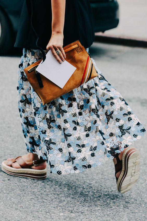 Pochettes marron, sandales et jupe longue