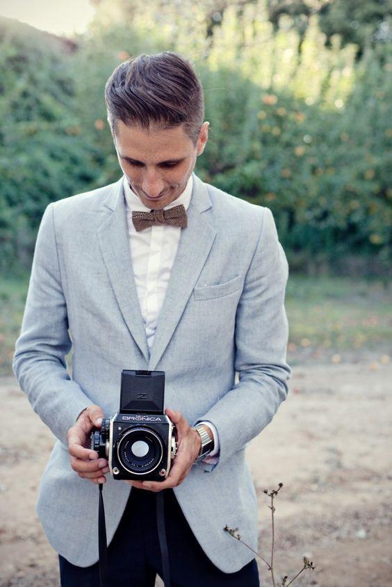 Veste bleu clair, pantalon noir, chemise blanche nœud ...