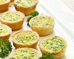 Mini quiches aux poireaux et au chèvre : http://www.cuisineaz.com/recettes/mini-quiches-aux-poireaux-et-au-chevre-45088.aspx