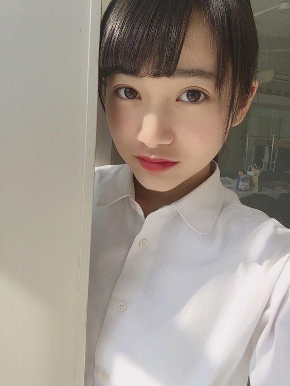 白いシャツの福田愛依