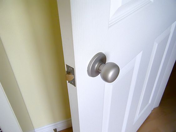 how to spray paid door knobs