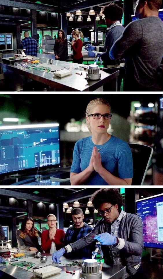 Felicity's hand gesture! Lol! #FelicitySmaok #Arrow #Season5 #5x15