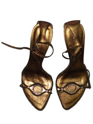 Sandália de festa na cor ouro velho da marca Aldo com aplique de strass