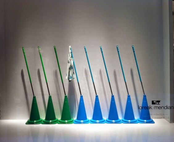 ESCAPARATINOVA Idea simple y original de loreak mendian. bonitos colores y una iluminación directa!